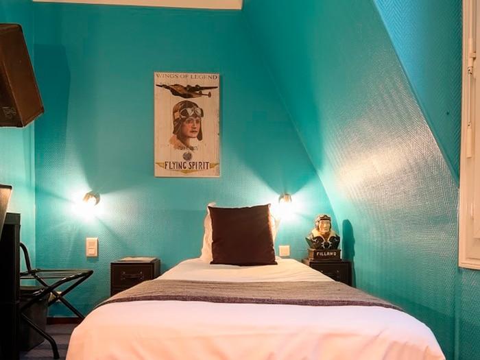 chambre lit simple décoration tableau aviateur mur bleu